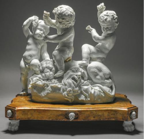 D'après un modèle de Gaspero Bruschi, Trois putti et un tigre sur une base à quatre pieds en forme de pattes et six masques de putti, vers 1747 – 1752, porcelaine de Doccia, 31 cm.