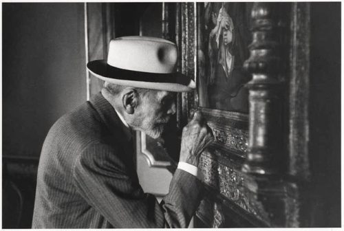 David Seymour alias Chim, Bernard Berenson observant une oeuvre à la galerie Borghese de Rome, 1955, photographie (gélatine sur argent), New York, International Center of Photography.