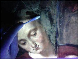 Détail en cours d'allègement (gauche),  sous rayons ultraviolets. ©Marine Andrieux