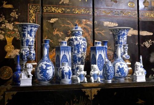 Assembled garniture, porcelain from Jingdezhen and Dehua, China, 1650–1720, on an English japanned cabinet, ca. 1680, in the British Galleries at the Victoria and Albert Museum, London (Photo: Peter Kelleher).